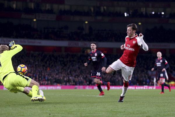 Mesut Özil strieľa jeden z gólov Arsenalu.