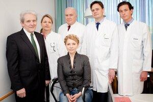 Julia Tymošenková (uprostred) na klinike Charité v Berlíne, kde sa bývalá ukrajinská premiérka podrobuje liečbe chrbtice.