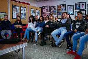 Členovia rómskeho knižného klubu Paľikerav - Archív SME