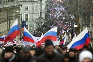 Tisícky ľuddí na proputinovskej demonštrácii v centre Moskvy.