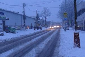 Chodníky i cesty okúsili prvý väčší nápor zimy.