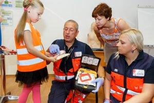 Deti sa naučia, ako s defibrillátormi zaobchádzať.