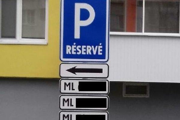 Vyhradené parkovacie miesta.