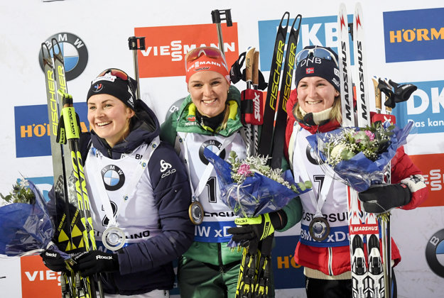 Na stíhacích pretekoch vo Švédsku triumfovala Herrmannová (uprostred).