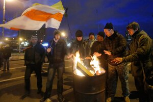 Demonštranti sa zahrievali po ohňoch.