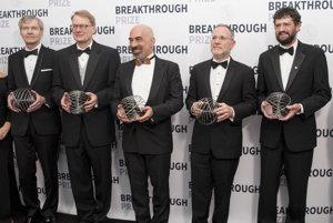 Držitelia ocenenia za Základnú fyziku. Zľava Norman Jarosik, David N. Spergel, Lyman Page Jr., Charles L. Bennett a Gary Hinshaw.