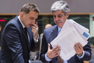 Slovenský minister financií Peter Kažimír (vľavo) s novým šéfom Euroskupiny, portugalským ministrom financií Máriom Centenom.