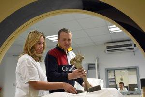 Rádiologická technička Miroslava Petrášová a vedecký pracovník Centra interdisciplinárnych biovied PF UPJŠ Martin Kundrát ukladajú kosti Aepyornisa do CT prístroja.