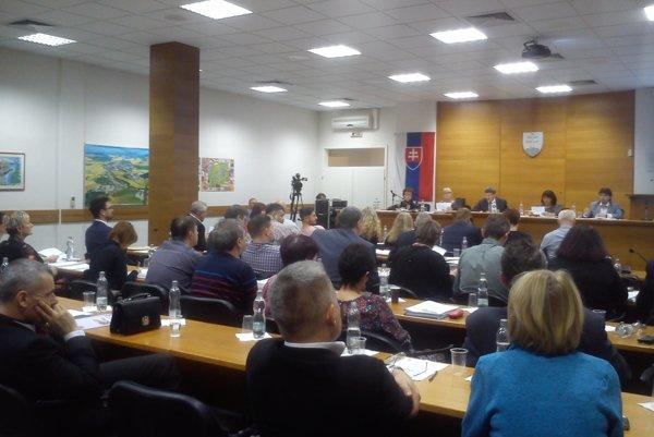 Poslanci na zasadnutí mestského zastupiteľstva v Senici.
