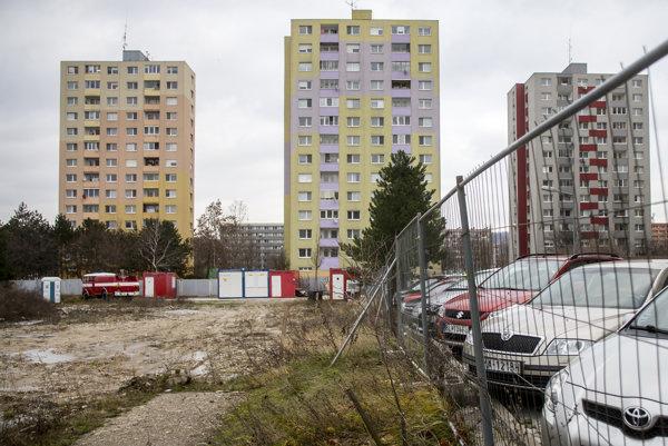 Výstavba náhradných 68 bytov v lokalite Pri kríži v Dúbravke je pozastavená.