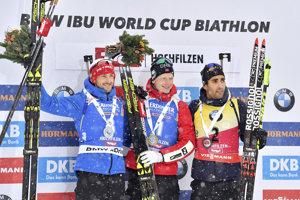 Johannes Thingnes Bö (v strede) sa raduje z víťazstva.