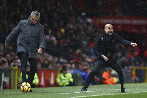 Súboj trénerských osobností - vľavo José Mourinho (United), vpravo Pep Guardiola (City).