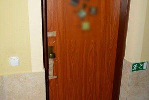 Zločin sa stal za týmito dverami.