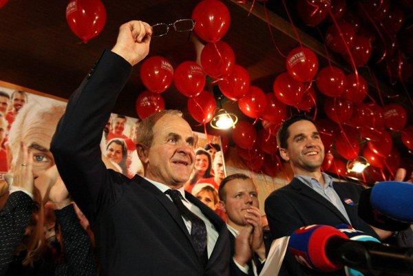 Ján a Ondrej Lunterovci počas volebnej noci.