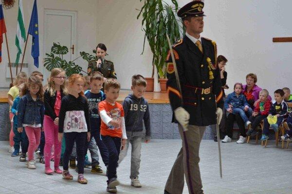 Škôlkari si s členmi čestnej stráže aj zapochodovali.