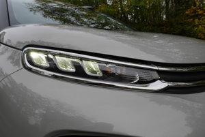 V úzkych štrbinách je denné LED svietenie aj smerovky.