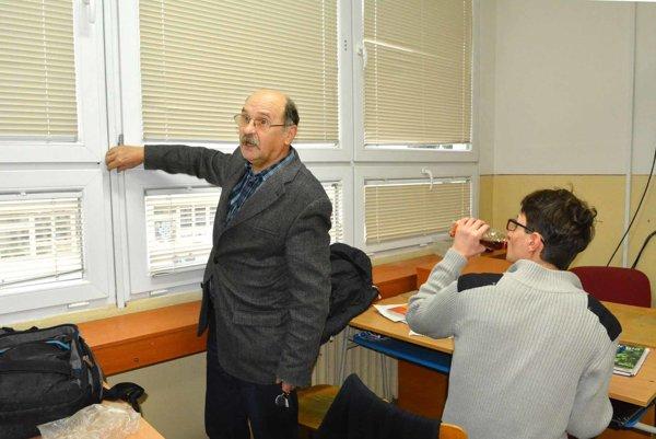 Dušan Bosák. Zriaďovateľ ukazuje, kde problém s oknom vznikol.