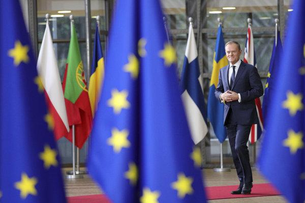 Stály predseda Európskej rady Donald Tusk po príchode na summit v Bruseli.