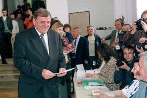 Vladimír Mečiar pri hlasovaní v prezidentských voľbách.
