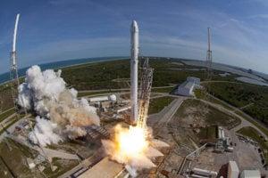 T-0:00:00 Štart. Po automatickej prehliadke deviatich raketových motorov Merlin upínacie svorky uvoľnia Falcon 9 pre štart.