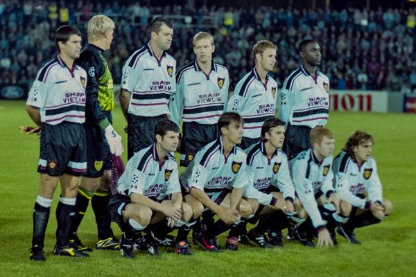 Mužstvo Manchester United v Košiciach - v dolnom rade v strede v tom čase 22-ročný David Beckham.