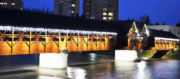 Osvetlený kolonádový most vDolnom Kubíne.