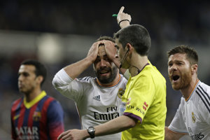 Na snímke z marca 2014 protestuje futbalista Realu Madrid Isco proti odpískaniu pokutového kopu v zápase proti FC Barcelona.