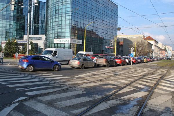 Prepchatá križovatka. Zo Štúrovej sa autá nevedeli dostať do preplnenej Kuzmányho. Niektoré zostali trčať v križovatke a blokovali dopravu.