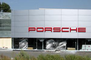 Rozbitá predajňa Porsche