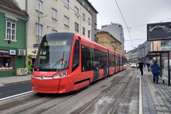 Skúšobná jazda električky 24. novembra po vynovených koľajách na Špitálskej ulici.