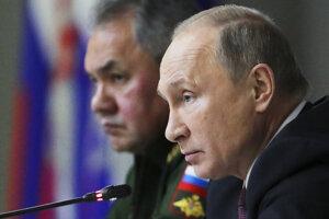 Ruský prezident Putin a minister obrany Šojgu (vzadu).