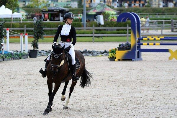 Simona Antalíková so svojou kobylkou Niikolkou na súťaži v Šamoríne.