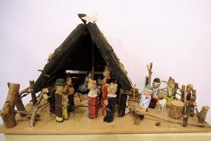 Miniatúrne betlehemy od výtvarníka Jozefa Práznovského vystavené v múzeu v Novom Meste nad Váhom.