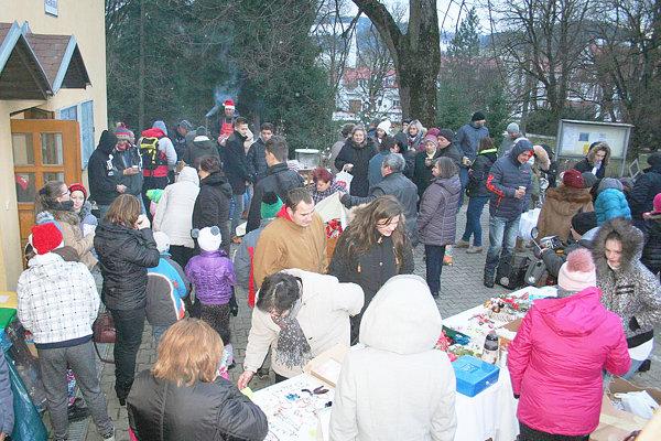 Mladí ľudia pripravili v decembri vianočné trhy.