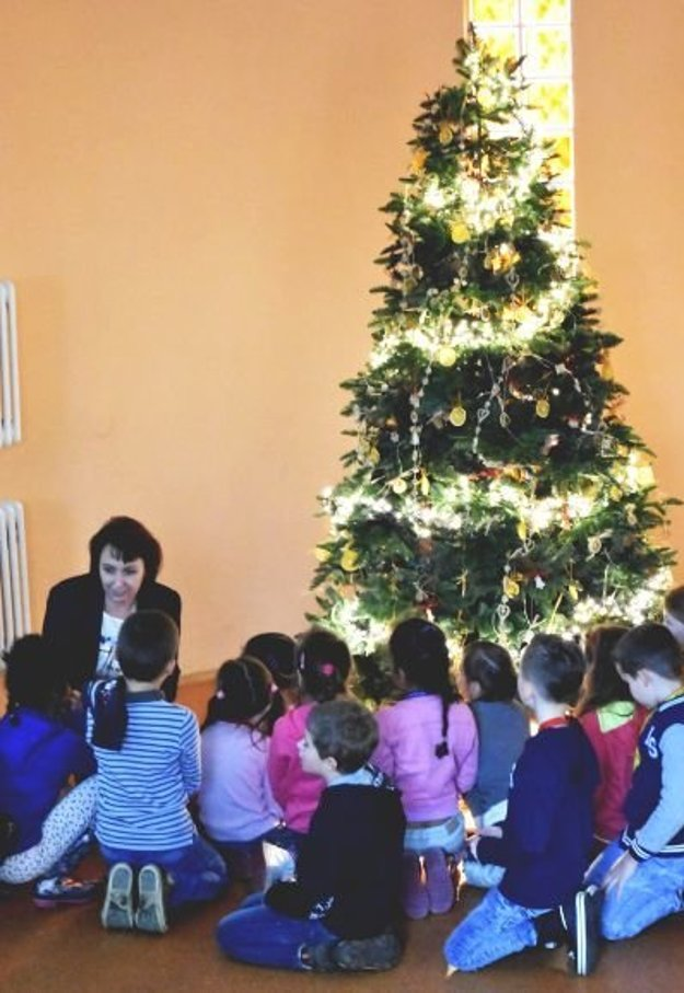 Zdenka Smrečková s deťmi počas Anjelského dňa v KOS.
