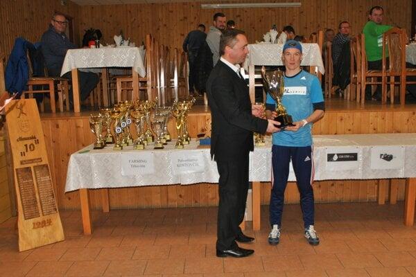 Preberanie trofeje. Víťaz Jozef Urban (vpravo) so starostom Horoviec Erikom Timkom.