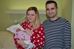 Rebeka Pápežová s rodičmi v levickej nemocnici.