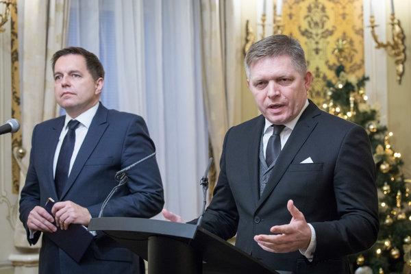 Predseda vlády Robert Fico a minister financií SR Peter Kažimír počas tlačovej konferencie.