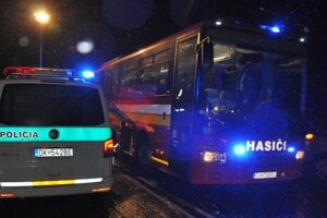 Hasiči poskytli poľským lyžiarom dočasné útočisko vo vlastnom autobuse.