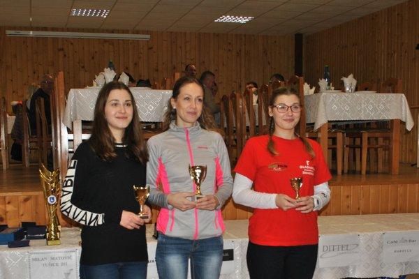 Najlepšie ženy do 34 rokov, zľava Michaela Haburová, Alena Farkašová a Martina Haburová.