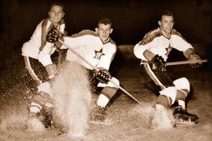 Legendárne trio z hokejového Slovana: Starší, Golonka, Černický - tí to hrali technicky.