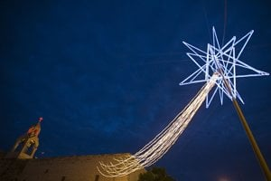 Vianočná hviezda pred Bazilikou Narodenia Pána v Betleheme 21. decembra 2008.