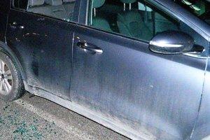 Páchateľ rozbil okno a z auta ukradol notebock i dokumenty.
