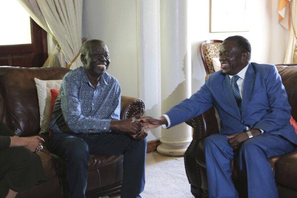 Nový prezident Zimbabwe Emmerson Mnangagwa (vpravo) navštívil opozičného vodcu Morgana Tsvangiraia.