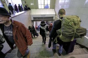 Priestory podchodu k nástupištiam na Hlavnej stanici v Bratislave.