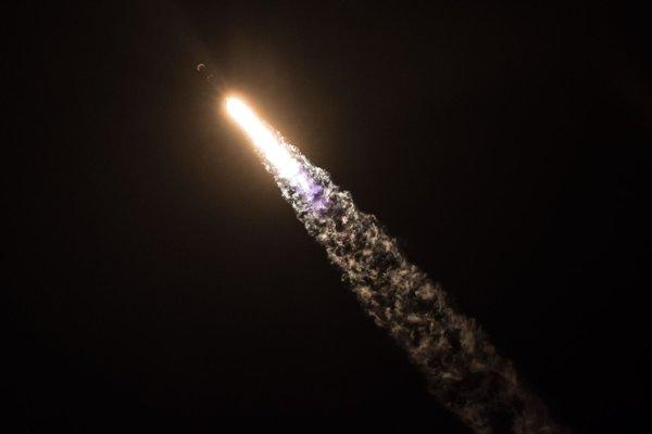 Záber z pondelkového štartu rakety Falcon 9.