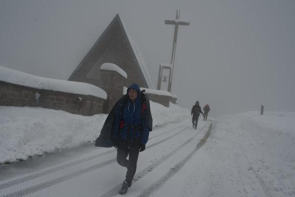 Pútnici idú cestou svätého Jakuba počas sneženia neďaleko mesta Roncesvalles v španielskych Pyrenejách.
