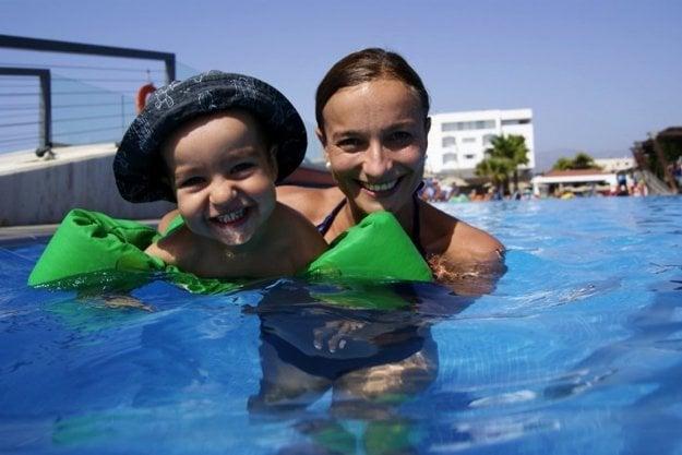 Lucia so synčekom na dovolenke pri mori