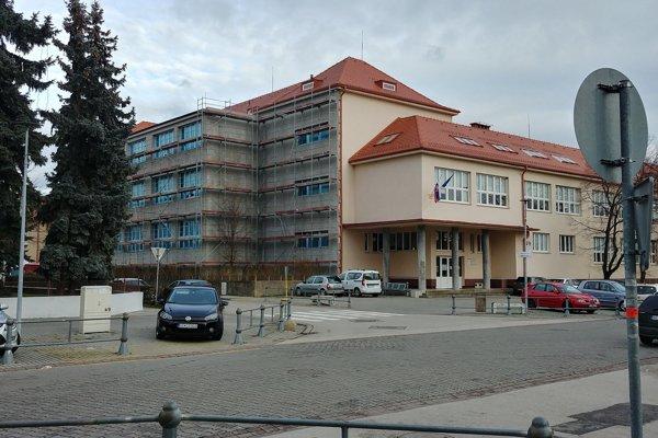 Gymnázium Antona Bernoláka na Lichnerovej ulici v Senci.