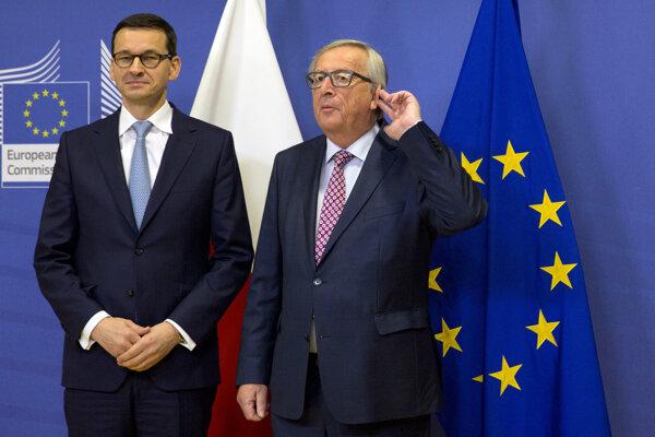 Predseda Európskej komisie (EK) Jean-Claude Juncker (vpravo) pózuje s poľským premiérom Mateuszom Morawieckim.